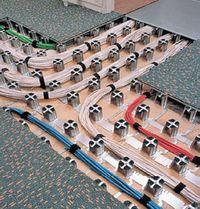 Рисунок 3. Низкопрофильный фальшпол Intercell производства Interface образует основу для построения СКС и состоит из опорной структуры высотой 60-90 мм, квадратных крышек 50х50 см и универсальных коробок для монтажа соединителей. Конструкция позволяет добавлять кабели, быстро монтируется, обладает высокой нагрузочной способностью (до 1500 кг/м2). Несущие элементы — приклеиваемые к полу стальные пьедесталы с расстоянием между центрами 125 мм. Такие полы намного дешевле фальшполов для ЦОД.