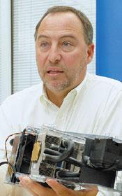 Кевин Кеттлер: «Лет пять-шесть назад мы начали задумываться, к чему может привести гонка тактовых частот. Если бы она и дальше продолжалась теми же темпами, то сейчас или чуть позже мы бы имели процессоры с такой же плотностью тепловыделения, как на поверхности Солнца». (В руках у директора по технологиям Dell – система водяного охлаждения H2C, разработанная в корпорации и предлагаемая в качестве опции для настольных ПК серии XPS)