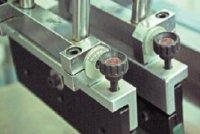 Угол наклона ракеля и форракеля в станках Winon регулируется вручную с помощью круговых шкал