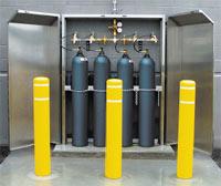 Рисунок 1. Топливный элемент вырабатывает электрический ток благодаря контролируемой электрохимической реакции между ионами водорода (протонами) и кислородом (здесь — в баллонах).