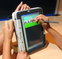 Для ввода данных через сенсорный экран Intel Classmate 3 можно использовать стилус или просто палец