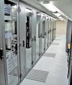 Рисуонк 3. Два дополнительных охлаждающих шкафа, располагающиеся между рядами шкафов, при необходимости подают холодный воздух к отверстиям в полу.