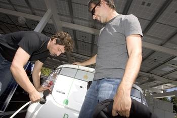 Проект Google RechargeIT направлен на популяризацию электромобилей; возможностью бесплатно «зарядить» свои электромобили на офисной стоянке Google в Сан-Франциско готовы воспользоваться и отснователи компании — Сергей Брин и Ларри Пейдж