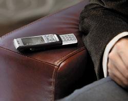 Продолжая продавать настольные телефонные аппараты, крупные производители предлагают иальтернативные варианты. Cisco поставляет для гибридных телефонов Nokia E-Series программное обеспечение, расширяющее системные функции офисного телефона