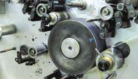 Особенность машин CDS Italia — наличие контактирующего с запечатываемым полотном промежуточного цилиндра с резиновым покрытием, на который переносится краска с формных валов печатных секций