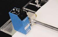 На многих машинах высокой печати устанавливаются датчики, отслеживающие длину этикетки по специальным меткам