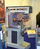 Стенд Comec. Тампонный 2-красочный станок Inkprint XP08 2C оборудуется системой микрометрической настройки положения рабочего стола