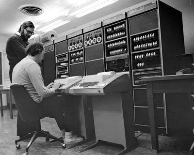 Кен Томпсон и Дэннис Ричи переносят Unix на PDP-11, самый популярный миникомпьютер 70-х