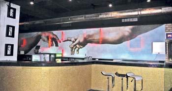 В такой интерпретации бессмертное творение художника обосновалось в ночном клубе