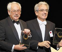 Первых наград за открытие GMR Петер Грюнберг иАльбер Фер удостоились еще в90‑е годы. На фото— церемония вручения им премии Японского фонда науки итехнологий вапреле этого года