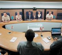 Решения на базе Cisco TelePresence Meeting предоставляют возможность вести переговоры, используя для связи IP-сеть и обеспечивая полный эффект присутствия