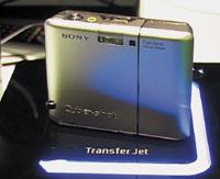 Сфотокамеры, оборудованной Transfer Jet, изображения передавались на считыватель; тот, всвою очередь, показывал фотографии на телеэкране