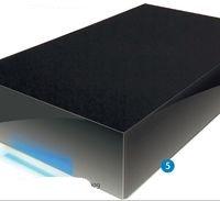 Корпус LaCie Hard Disk разработал известный дизайнер Нейл Поултон (Neil Poulton), о чем свидетельствует крупная надпись на упаковке и левом торце устройства. Впрочем, внешний вид, как говорится, на любителя — больше всего он напоминает обычный параллелепипед, покрытый черным рояльным лаком. Кирпич, одним словом. Все разъемы расположены сзади, а наиболее интересная, на наш взгляд, деталь — полоска светодиодного индикатора состояния, размещенная у переднего края лицевой панели. В темноте она подсвечивает поверхность, на которой стоит накопитель, а вот на свету практически незаметна