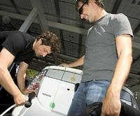 Проект Google RechargeIT направлен на популяризацию электромобилей; возможностью бесплатно «зарядить» свои электромобили на офисной стоянке Google вСан-Франциско готовы воспользоваться иоснователи компании— Сергей Брин иЛарри Пейдж