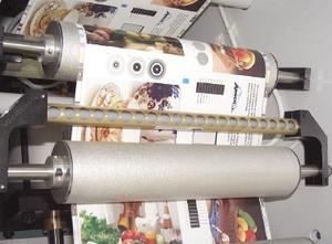 Устройство для снятия статического электричества необязательно, но работать с плёнками и накапливающими электростатический заряд бумагами без него трудно