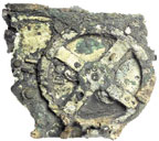 Механизм, который напоминает часовой ипредставляет собой совокупность бронзовых шестерен ициферблатов, испещренных греческими буквами ицифрами, не спешил раскрывать свои секреты, хотя ибыл обнаружен еще всамом начале ХХ века