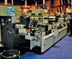 Линия послепечатной обработки Omega Digicon HS от ABG International рядом с цифровой печатной машиной HP Indigo press w3250. Отличительная особенность — модуль лазерной высечки Sabre eXtreme для производства этикеточной продукции