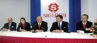 Х. Зиглох (в центре) надеется, что компании и её клиентам вместе удастся пережить нелёгкий 2009 г. Крайний слева — Б. Руманн, справа от Х. Зиглоха — Д. Микитюк, У. Зекингер, управляющий Sigloch Maschinenbau