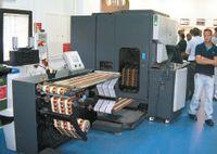 С помощью пульта управления на устройстве намотки рулонной машины HP Indigo оператор задаёт величину усилия натяжения полотна