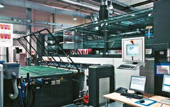 В конструкции ЦПМ Agfa :M-Press Tiger секции трафаретной печати Thieme объединены со струйными модулями Agfa, построенными на базе 64 двухканальных пьезоэлектрических головок