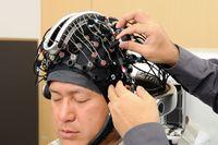 Интерфейс между мозгом и вычислительной машиной основан на регистрации электрической деятельности и кровотока мозга с помощью электроэнцефалографии и спектроскопии в ближней инфракрасной области