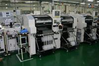 На производстве в основном заняты женщины. Их труд самый дешевый - работницы на конвейере получают порядка 150 долл. в месяц На сборку одного ноутбука из готовых компонентов уходит около двух минут