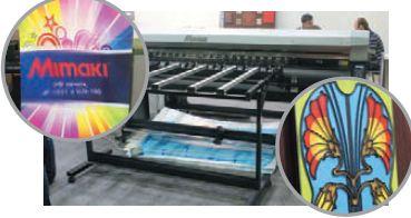 УФ-печать предоставляет очень широкие возможности для творческих людей. Рядом с Mimaki UJV-160 UV показывались любопытные образцы — печать на лентикулярном растре и имитация витражей с ярко выраженным рельефом