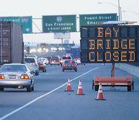 мост через бухту Сан-Франциско по дороге из Сан-Франциско в Окленд из-за обрыва тросов пришлось закрыть на шесть дней. А между тем инерционные датчики, вмонтированные в мост, могли бы предотвратить эту аварию. Несколько сотен крошечных систем MEMS следили бы за перемещениями отдельных компонентов конструкции в различных условиях (например, при сильном ветре или оживленном автомобильном движении). После обработки собранных данных инженерам не составило бы труда спрогнозировать возникновение нештатной ситуации