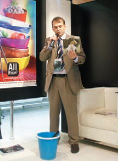 А. Винокуров демонстрирует удобство HP PVC-Free Wall Paper