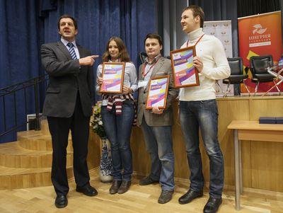 Вице-губернатор Санкт-Петербурга Михаил Осеевский поздравляет призеров конкурса