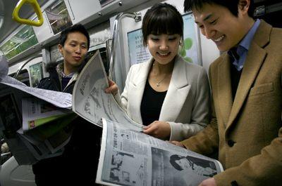 В дискуссиях о будущем журналистики и инновационных способах доставки новостей значительное внимание отводится не только Интернет, но и разнообразным решениям на базе электронной бумаги