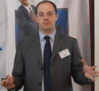 Андреас Лоренц вручает Сергею Пацкевичу награду