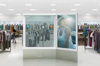 Специально для выставки корпорация Intel подготовила новейший дисплей, имеющий 2,3 метра в высоту и 3 метра в ширину; одна половина устройства выполнена в виде мультисенсорного жидкокристаллического экрана, а другая изготовлена из прозрачного голографического стекла