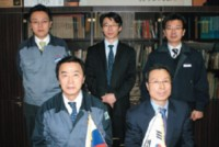 В первом ряду — главы компаний: генеральный директор и президент KMi Нам Кхю Ли, управляющий менеджер A. S. Ink & Chemical Кхю Санг Ён. Во втором (слева направо): управляющий директор KMi Джейсон Ли, торговый представитель A. S. Ink & Chemical Сён Хи Хан, заместитель управляющего директора KMi Хан-Дже Чо