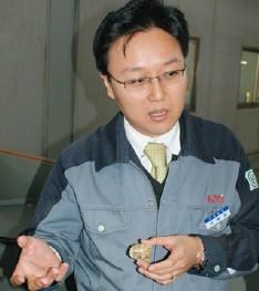 Управляющий директор KMi Джейсон Ли объясняет происхождение сырья: