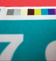 Стандартная серая контрольная плашка со шкалами для измерения плотности красочной плашки в коммерческой печати, размещаемая на обрезаемых участках. Источник: System Brunner