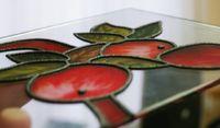 Эффект объёмной печати создаётся при помощи наложения нескольких слоёв краски на один участок. Так получается эффект витража. Образец предоставлен