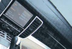 Эффект кожаной обивки автомобильного интерьера передается при помощи специальных текстурных добавок в лак, придающих поверхности оттиска особый рельеф