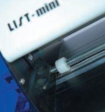 Производитель плоттера заботливо предусмотрел место для хранения не использующихся инструментов: ножа и вычерчивателя