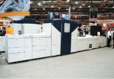 Об успехе проекта свидетельствует и степень интереса посетителей — снимки Xerox Color 1000 (слева) и Xerox iGen4 сделаны примерно в одно время. Для первого пришлось изрядно ждать, пока стала видна хотя бы половина 1000-й