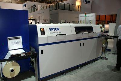 Коммерческая версия Epson SurePress L4033A внешне заметно отличается от показанных ранее прототипов. Первые машины должны быть отправлены в этом году на бета-тестирования в типографии