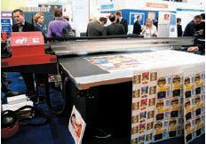 Среди особенностей EFI Rastek T1000— формат 2,5в1,3м, скорость печати до 45м2/ч; печать белым под и над цветным слоем без замедления скорости