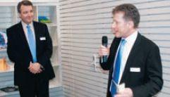 Генеральный директор Muller Martini Бруно Мюллер передает слово руководителю английского представительства Андреасу Шиллингеру для представления инноваций