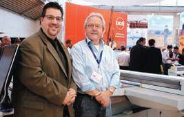 Пит ван дер Вилдт и менеджер по международному маркетингу Oce Display Graphics Systems И. Джеф Эдвардс на фоне новейшего представителя семейства — Oce Arizona 550 XT