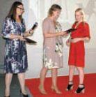 Елена Субботина и Анастасия Высоткина вручают благодарность представительнице Smith & Hartman