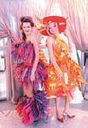 Участники мастер-класса оценили все достоинства цветовых решений новинок компании во время дефиле моделей, одетых в бумажные платья