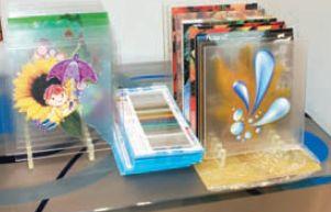 Есть не один вариант получения таких замечательных картинок на стекле. Можно печатать на прозрачной самоклейке и накатывать, а можно— прямо с помощью УФ-принтера. Но придётся подобрать подходящий праймер. Стекло — материал непростой
