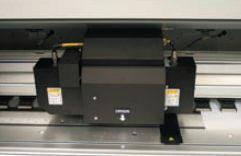 Система верхней сушки горячим воздухом подведена к печатающей головке: блоки с воздушными соплами располагаются по обеим сторонам от неё