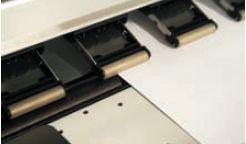 Для уверенной транспортировки материала подающие ролики покрыты слоем специальной резины