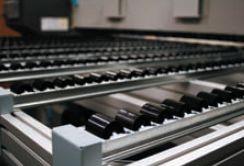 Подающий и принимающий роликовые столы позволяют работать с жёсткими листовыми материалами весом до 5 кг
